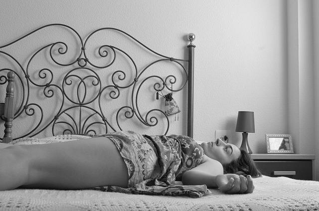 žena na kovové posteli