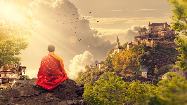 mnich sedící na skále.jpg