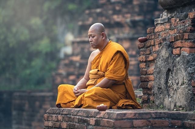 mnich v rozvalinách.jpg