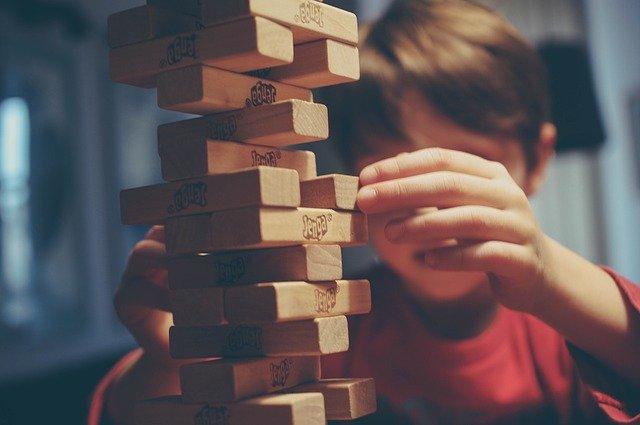 dítě hraje jenga
